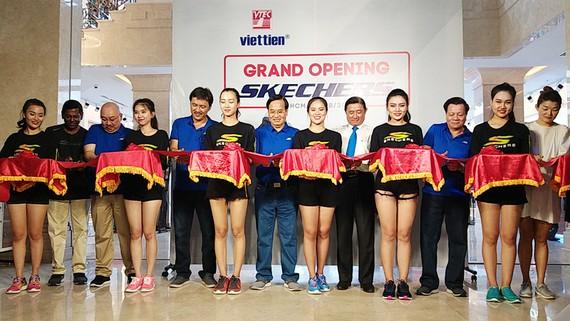 Lãnh đạo Công ty PC may Việt Tiến và đại diện Skechers khu vực Đông Nam Á cắt băng khánh thành cửa hàng.