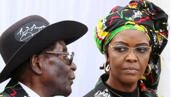 Tổng thống Zimbabwe Robert Mugabe và đệ nhất phu nhân Grace Mugabe. Ảnh: REUTERS