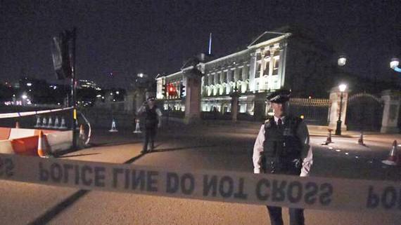 Cảnh sát phong tỏa hiện trường vụ tấn công trước điện Buckingham tối 25-8-2017. Ảnh: AP