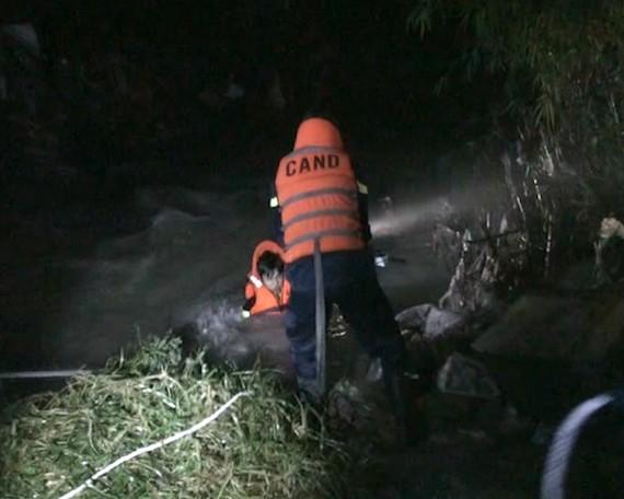 Lực lượng chức năng tổ chức tìm kiếm nạn nhân