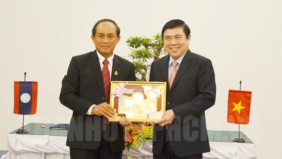 Phó Bí thư Thành ủy, Chủ tịch UBND TPHCM Nguyễn Thành Phong tặng quà lưu niệm cho đồng chí Khamkhanh Chanthavisouk, Bí thư, Tỉnh trưởng tỉnh Luang Prabang. Ảnh: hcmcpv