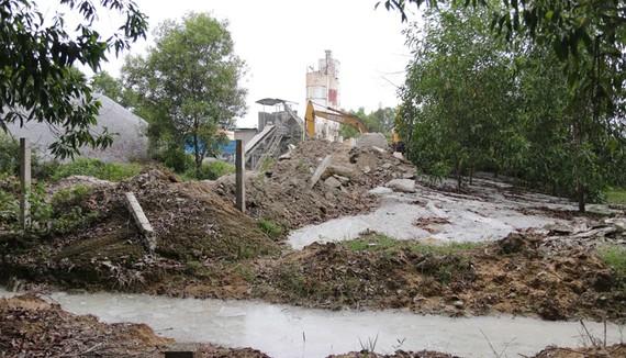 Trạm bê tông Chu Lai xả nước thải ô nhiễm trực tiếp ra môi trường. Ảnh: Nguyên Khôi