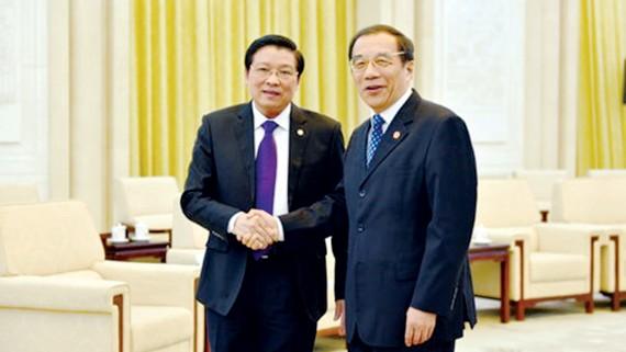 Bí thư Trung ương Đảng Cộng sản Việt Nam Phan Đình Trạc (trái) và ông Dương Hiểu Độ, Ủy viên Bộ Chính trị, Bí thư Ban Bí thư, Ban Chấp hành Trung ương Đảng Cộng sản Trung Quốc