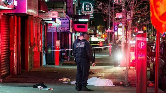 Cảnh sát tại hiện trường vụ lao xe đâm người ở Queens, New York, Mỹ, ngày 3-12-2017. Ảnh: TWITTER