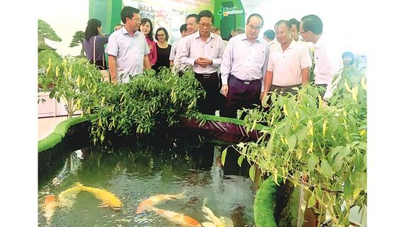 Bí thư Thành ủy TPHCM Nguyễn Thiện Nhân tham quan các mô hình sản xuất nông nghiệp tại hội thảo
