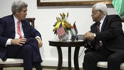 Ngoại trưởng Mỹ gặp Tổng thống Palestine để bàn về hòa bình Trung Đông. Ảnh: Guardian