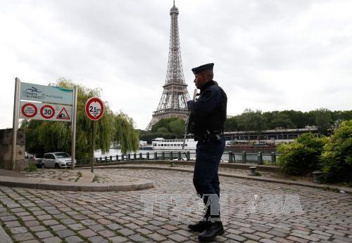 Cảnh sát Pháp tuần tra gần Tháp Eiffel ở thủ đô Paris. Ảnh: AFP/TTXVN