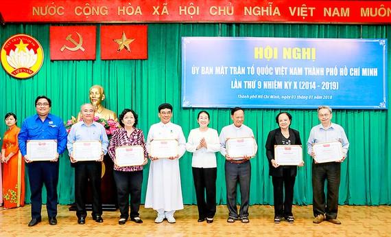 Phó Bí thư Thành ủy TPHCM Võ Thị Dung trao bằng khen tặng các điển hình xuất sắc trong công tác Mặt trận ở TPHCM năm 2017. Ảnh: ĐƯỜNG LOAN