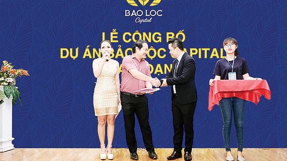 Khách hàng nhận sổ đỏ từ chủ đầu tư dự án Bảo Lộc Capital