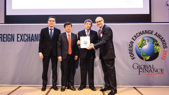 Ông Cát Quang Dương - thành viên HĐQT VietinBank nhận giải thưởng của Tạp chí Global Finance ngày 5-12-2017 tại London (Anh quốc)