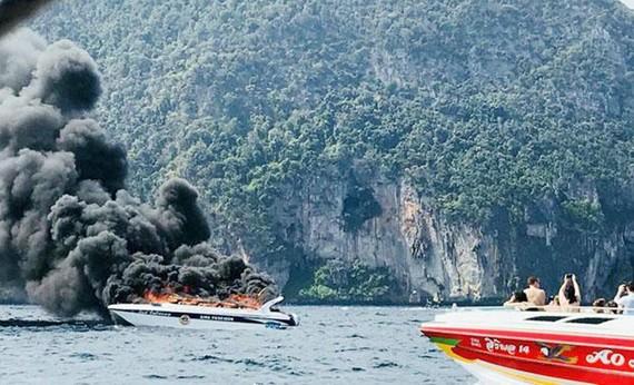 Tàu cao tốc King Poseidon cháy nổ trên biển Andaman ở tỉnh Krabi, Nam Thái Lan, ngày 14-1-2018. Ảnh: KRABI PITAKPRACHA FOUNDATION