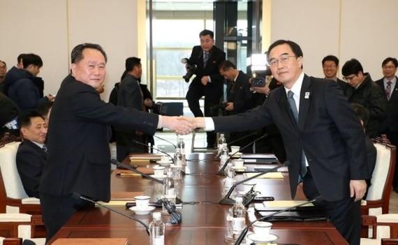 Trưởng đoàn đàm phán CHDCND Triều Tiên Ri Son Gwon (bên trái) bắt tay với người đồng cấp Hàn Quốc Cho Myoung-gyon, tại ngôi làng đình chiến Panmunjom, ngày 9-1-2018. Ảnh: REUTERS