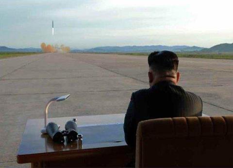 Nhà lãnh đạo Triều Tiên Kim Jong-un trực tiếp quan sát vụ phóng tên lửa đạn đạo