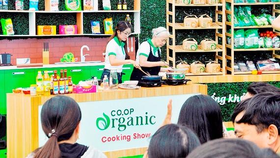 Chuyên gia ẩm thực Nguyễn Doãn Cẩm Vân hướng dẫn các gia đình thực hiện món ngon ngày tết