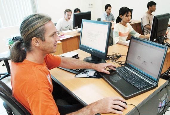 Người nước ngoài làm việc tại TPHCM. Ảnh: THÀNH TRÍ
