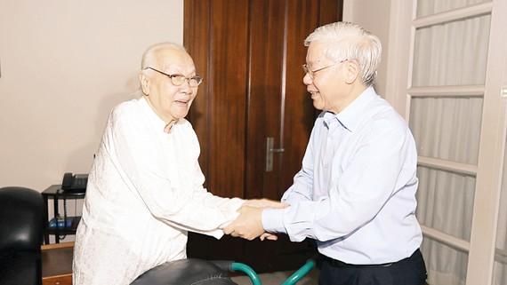 Tổng Bí thư Nguyễn Phú Trọng thăm hỏi bà Ngô Thị Huệ, phu nhân Tổng Bí thư Nguyễn Văn Linh