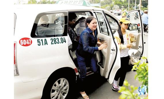 Hành khách đi taxi Vinasun. Ảnh: Cao Thăng