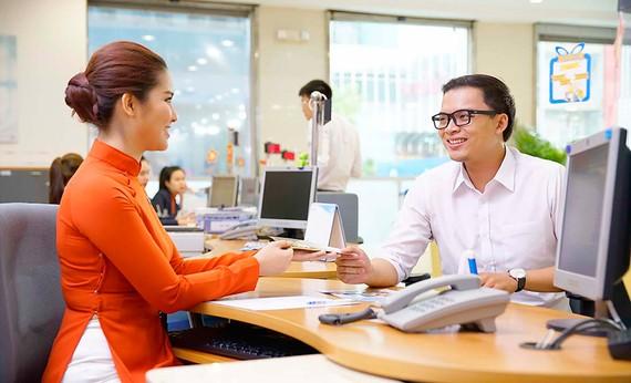 Các ngân hàng đang chuyển trọng tâm tăng trưởng sang bán lẻ, đẩy nhanh các dịch vụ phi tín dụng để tăng lợi nhuận. Ảnh: HUY ANH