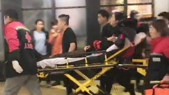 Cấp cứu nạn nhân vụ tấn công bằng dao tại Joy City Mall ở Bắc Kinh, Trung Quốc, ngày 11-2-2018. Ảnh: WEIBO