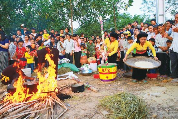 Các đội thi kéo lửa nấu cơm