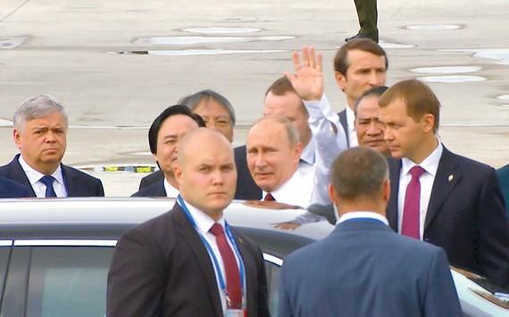 Tổng thống Nga Vladimir Putin vẫy tay chào khi vừa đến Đà Nẵng, Việt Nam tham dự Hội nghị APEC vào tháng 11-2017. Ảnh: Nguyên Khôi