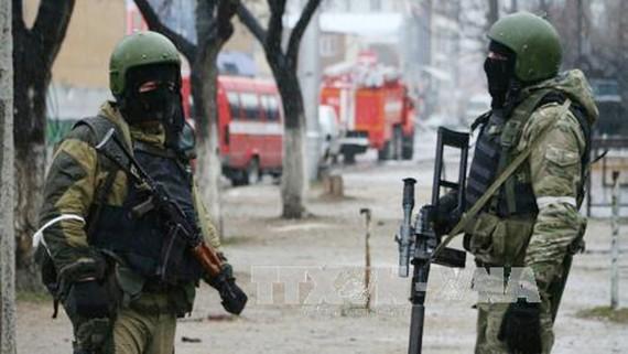 Lực lượng an ninh phong tỏa hiện trường sau vụ xả súng. Ảnh: TTXVN
