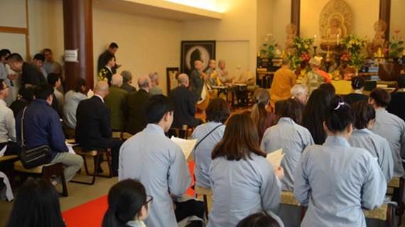 Các tăng ni, phật tử, các sử gia, nhà nghiên cứu lịch sử của Nhật Bản, Đại sứ quán Việt Nam tại Nhật Bản, bạn bè quốc tế, cùng đông đảo cộng đồng người Việt Nam tại Nhật Bản tụng kinh cầu siêu cho các chiến sỹ hy sinh trong trận chiến Gạc Ma 1988. Ảnh: Th