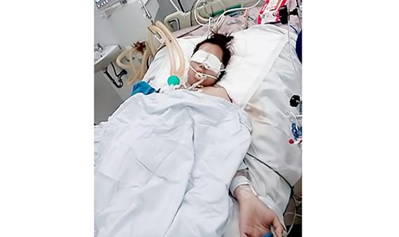 Chị Trần Thị Thúy Hồng đang nằm điều trị tại Bệnh viện Đa khoa Đà Nẵng