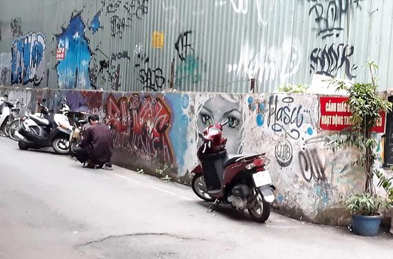 """Người dân gọi bức tường rào tại hẻm 15B Lê Thánh Tôn (quận 1) là """"Bức tường ma""""  """