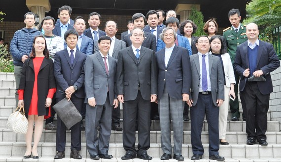 Đồng chí Nguyễn Thiện Nhân chụp hình lưu niệm với các kiều bào Việt Nam tại Nhật Bản. Ảnh: KIỀU PHONG