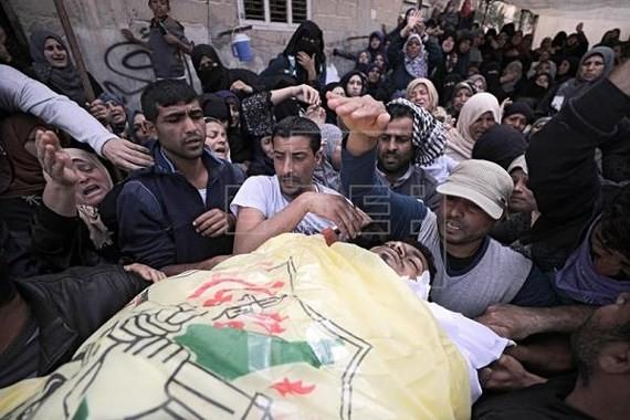 Người Palestien bị thương và thiệt mạng trong cuộc biểu tình tại Gaza ngày 31-3. Ảnh: Agencia EFE