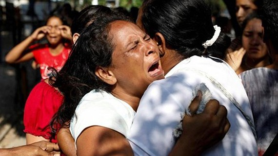 Người thân của các nạn nhân chết cháy tại trại giam Venezuela. Ảnh: Reuters