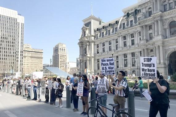 Người dân Mỹ biểu tình tại Philadelphia, bang Pennsylvania, phản đối Mỹ không kích Syria