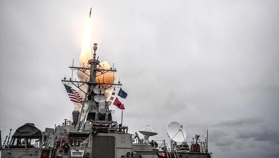 Tên lửa Tomahawk phóng từ tàu khu trục USS Arleigh Burke