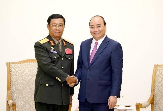 Thủ tướng Nguyễn Xuân Phúc và Thượng tướng Suvon Luongbunmi, Thứ trưởng Bộ Quốc phòng, Tổng Tham mưu trưởng Quân đội nhân dân Lào. Ảnh: VGP