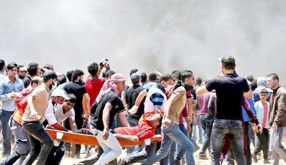 Người Palestine bị thương trong cuộc đụng độ với Israel ở biên giới với Dải Gaza