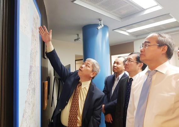 Đại sứ Cao Trần Quốc Hải giới thiệu với Bí thư Thành ủy TPHCM Nguyễn Thiện Nhân một số thông tin mới nhất về tình hình khu vực Trung Đông.