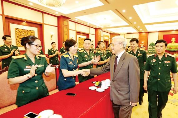Tổng Bí thư Nguyễn Phú Trọng, Bí thư Quân ủy Trung ương với các đại biểu Công đoàn Quân đội. Ảnh: TTXVN