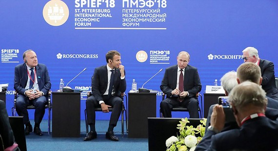 Tổng thống Pháp Macron (thứ 2 từ trái sang) và Tổng thống Nga Putin (thứ 3 từ trái sang) tại Diễn đàn Kinh tế quốc tế St. Petersburg năm 2018