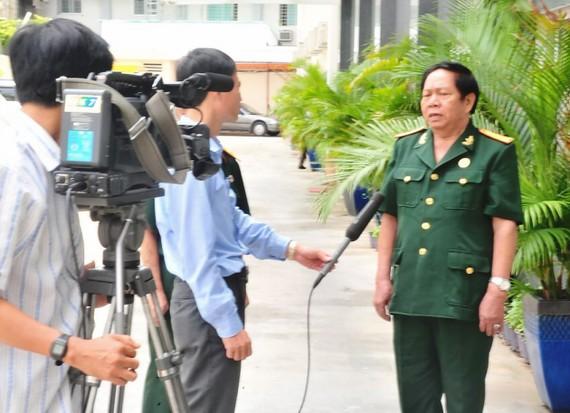 Sư đoàn trưởng Bùi Đức Trần (mặc quân phục) trong một lần gặp gỡ báo chí. Ảnh: NGUYỄN ĐỒNG BẰNG