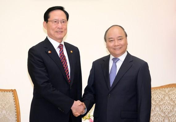 Thủ tướng Nguyễn Xuân Phúc và Bộ trưởng Quốc phòng Hàn Quốc Song Young-moo. Ảnh: VGP