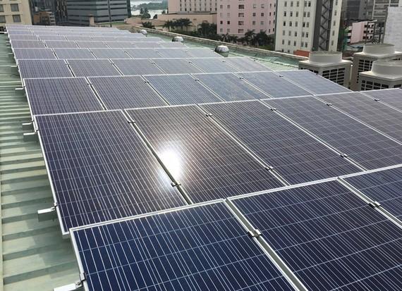 Pin mặt trời được lắp trên cao ốc tại TPHCM. Ảnh: THÀNH TRÍ