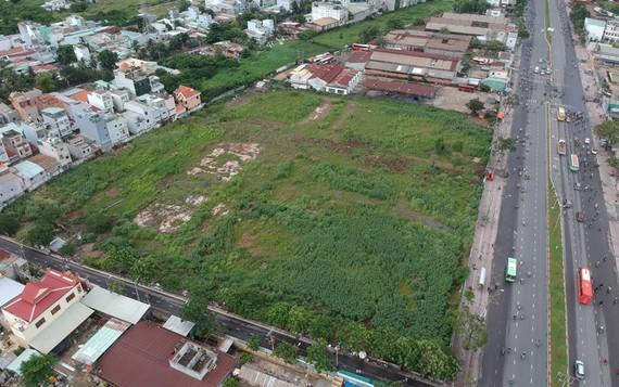 Khu đất của một tổng công ty bên đường Kinh Dương Vương, quận Bình Tân. Ảnh: THÀNH TRÍ