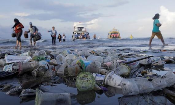 Rác thải ở bãi biển Sanur, đảo Bali