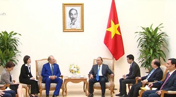 Thủ tướng Nguyễn Xuân Phúc tiếp ông Philippe Donnet. Ảnh: VTV