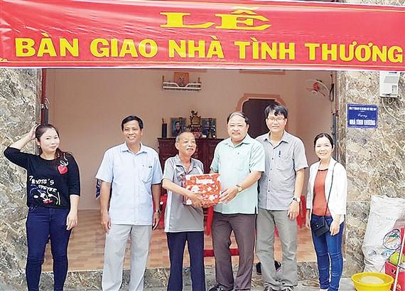 Ông Ngô Thanh Trí trao quà chúc mừng các hộ gia đình