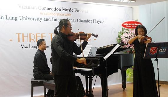 Các nghệ sĩ biểu diễn trong đêm hòa nhạc khai mạc Liên hoan Âm nhạc Vietnam Connection 2018 vào tối 12-8