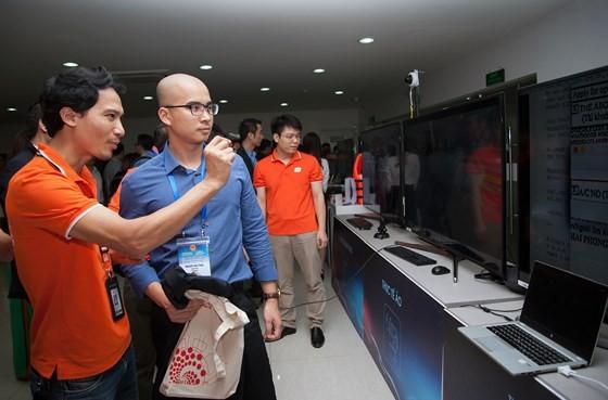 Các kỹ sư FPT giởi thiệu những công nghệ mới của mình với các trí thức trẻ người Việt. Ảnh TRẦN BÌNH