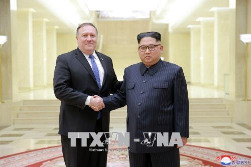 Ngoại trưởng Mỹ Mike Pompeo (trái) trong cuộc gặp Nhà lãnh đạo Triều Tiên Kim Jong-un tại Bình Nhưỡng ngày 9-5-2018. Ảnh: YONHAP/TTXVN