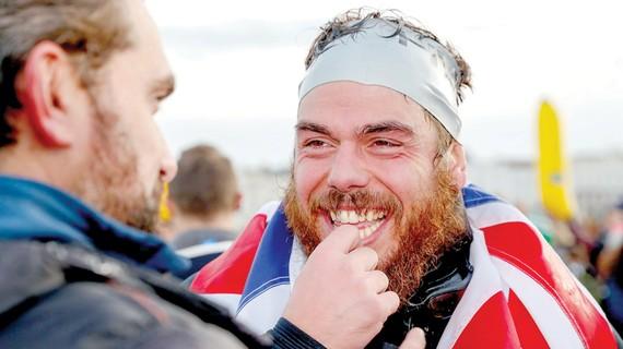 Người đầu tiên bơi vòng quanh nước Anh